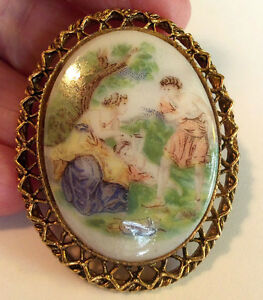 Lovely-Vintage-Handpainted-On-Glass-Lady-Woman-Man-Child-Cameo-Brooch-Pendent