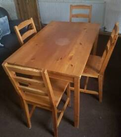 Solid pinewood dining table woth 4 chairs