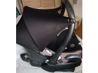 Maxi cosi car seat 0-11 months with easy fit base... good condition... . . cheap . . .