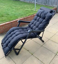 2 Cushioned sun loungers