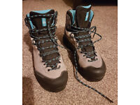 Womans size 6 Salomon X Alp MTN GTX Boots