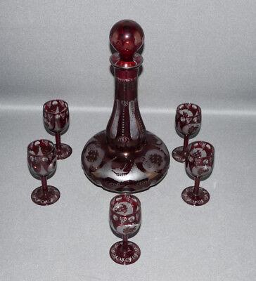 Dunkelrote Böhmische Glaskaraffe, 5x Likörgläser, Jagdszene,