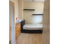 Single room available now in clean flat, 10min walk to Barnes train and close to East Sheen