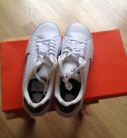 Nike Trainers Size 8 - white and navy