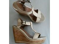 """Lovely HUSH PUPPIES """"RENOWN"""" Cream Leather & Cork Wedge T-Bar Sandals Size 4"""