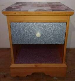 PINE EFFECT SINGLE DRAWER BEDSIDE UNIT COVERED IN SILVER & PINK GLITTER AND TOP IN BLUSH