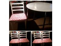 WHITE. ROUND TABLE AND 4 CHAIRS.