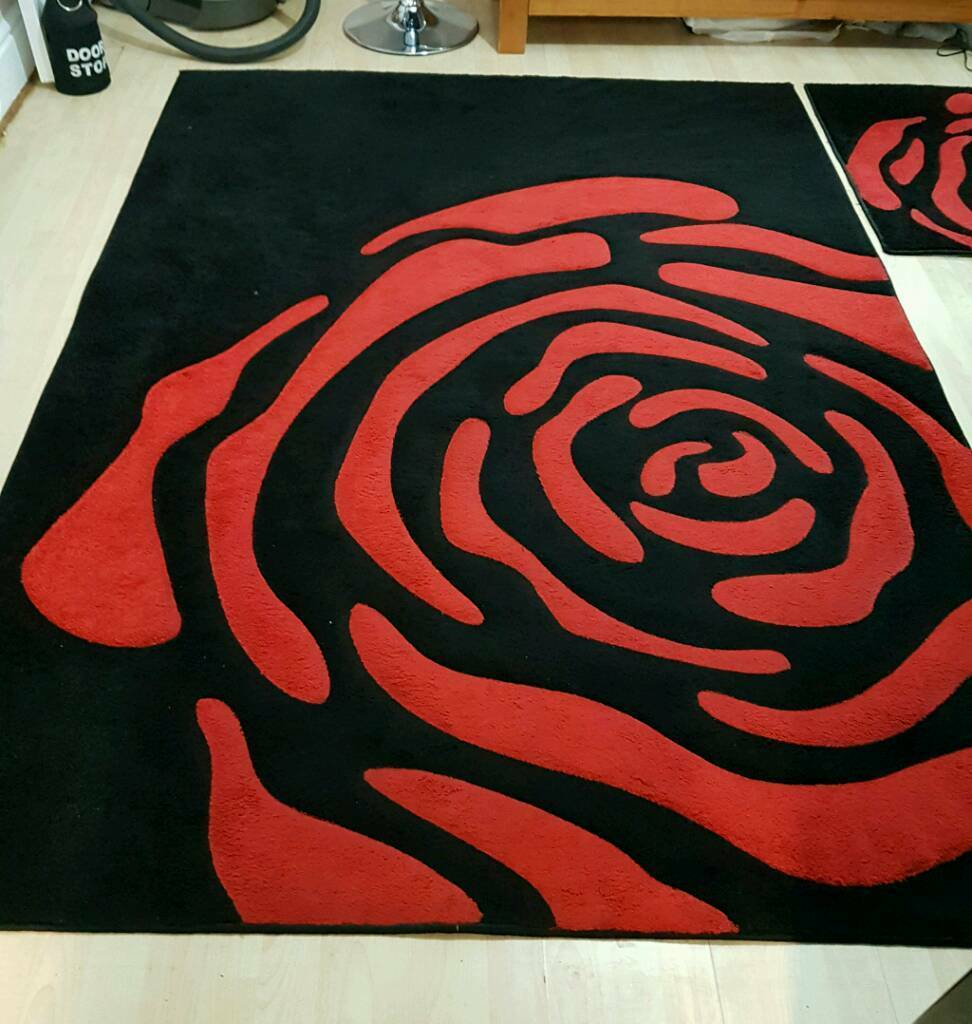 Large rose rug blackred 7.2ft x 5.3ftin Mansfield, NottinghamshireGumtree - Large black and red rug size 7.2 foot by 5.3 foot has been cleaned from a smoke and pet free home
