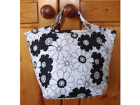 ** NEW ** Black & white floral design zipped tub bag with 2 inner pockets. £5 ovno