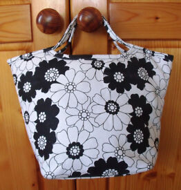 Unused, stored black & white floral design, heavy fabric, zipped tub bag - 2 inner pockets. £3 ovno
