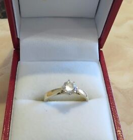 SOLITAIRE CUBIC ZIRCONIA RING - beautiful - yellow gold shank