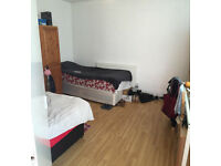 Large Twin room is available in a clean house, 5min walk to Southfield Station