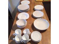 ASSORTMENT OF PLATES / BOWLS / TEA CUPS