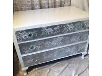SHABBY CHIC CHEST OF DRAWERS AND MATCHING BEDSIDE CABINET