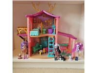 Enchantimals Cosy House playset with 3 dolls, pets & accessories