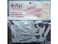 Dapol OO/HO Scale Trackside Kit - Level Crossing