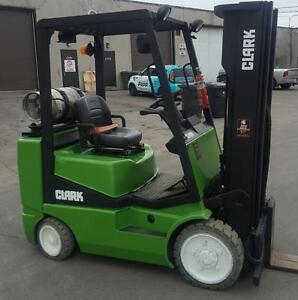 chariot elevateur Clark 5000 Lbs usage mat 3 section et 4 valve forklift comme neuf . lift cat toyota et ... disponible