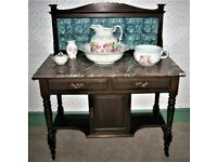 GOOD VINTAGE VICTORIAN MAHOGANY TILED WASHSTAND WITH ANTIQUE FIVE PIECE ROSE DECORATED TOILET SET