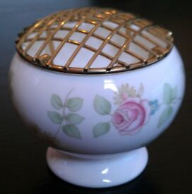 Wedgwood 'Rosehip' Small Flower Vase & Gilt Arranging Wire (unboxed)