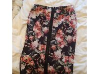 Floral zipped fitted skirt. Size 14