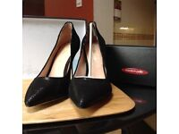 Black court shoes with gold stiletto heels . New. Mode in PELLE designer shoes size 39 with box