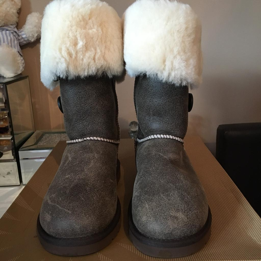 Genuine UGG Bailey Bomber Triple Boots Size 6 with receipt
