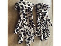 Leopard print gloves from Marks and spencer in mint condition, one size.