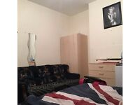 Cheap double room to for a couple or 2 girls !! near black horse road station !!l