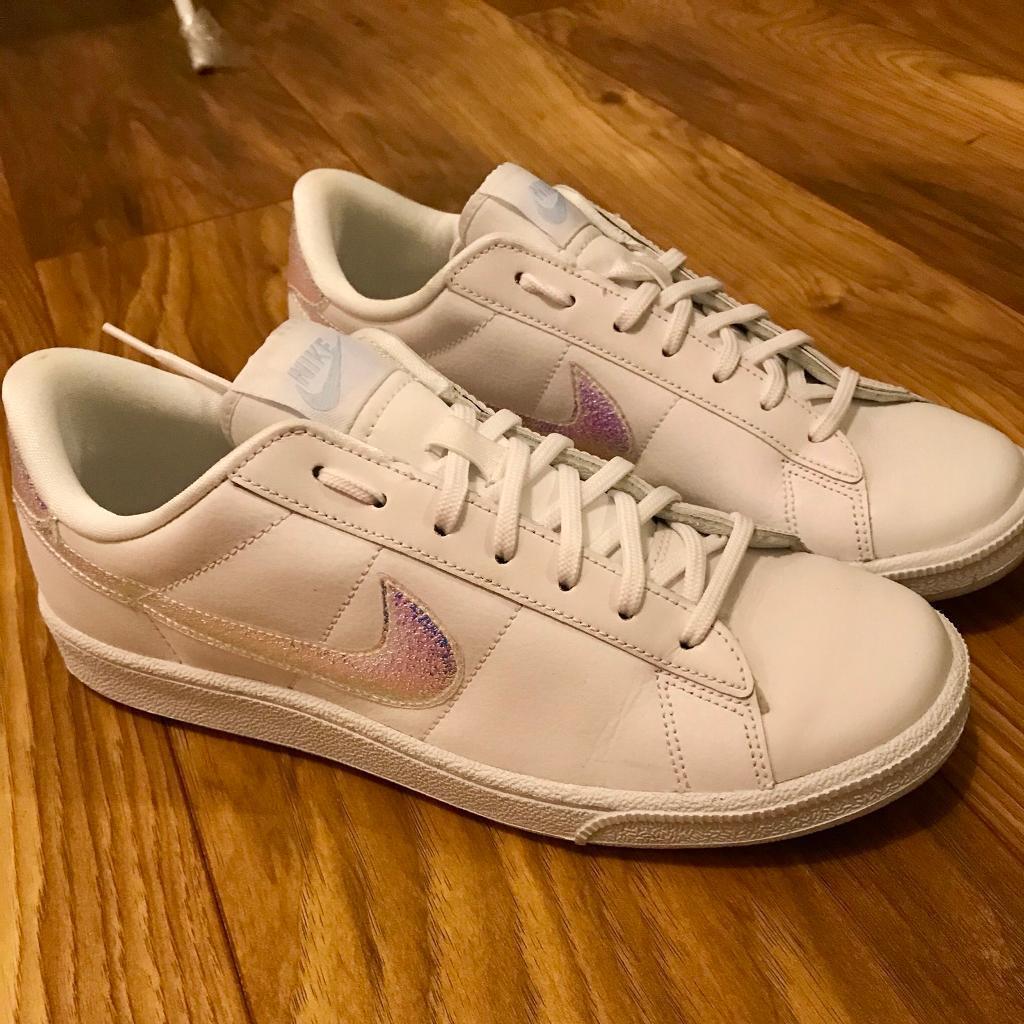 526aa87e63e1 Women s Nike Tennis Classic Trainers - White Iridescent. Fettes ...