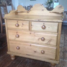 Beautiful Victorian chest of drawers, two long drawers, 2 short drawers