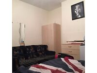 Cheap double room to for a couple or 2 girls !! near black horse road station !!hk