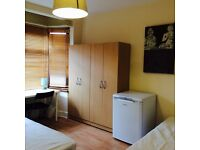 LOVELY TWIN ROOM HABITACION, 8 MNT WALK CANNING TOWN TUBE, CANARY WHARF, ZONE 2, SPANISH SPOKEN, R15