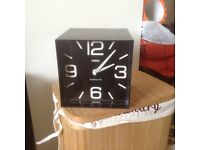 Cube feature clock. Great condition. Works perfectly