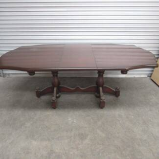 TABLE / DINING TABLE – PERIOD STYLE ON PEDESTAL LEGS SEATS