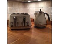 Delonghi vintage cream toaster and kettle set