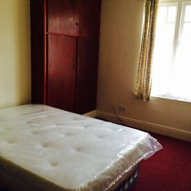 Double room with free wifi, bills, fridge near university, hospitals and railway in friendly house