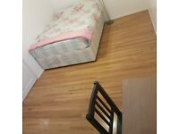 Beautifully decorated Large Double room in Kennington**All bills inc**