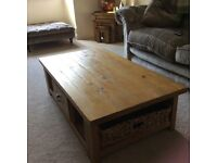 Hartford coffee table including 2 wicker baskets