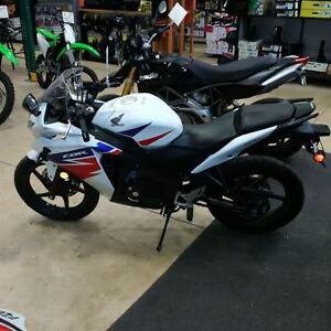 2014 Honda CBR125R - Kawartha Lakes Peterborough Area image 3