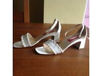 IVORY SANDALS - SIZE 5 1/2