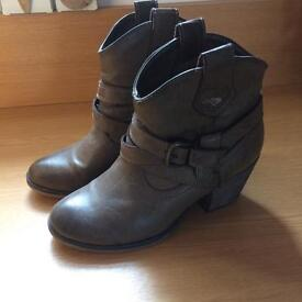 Rocket dog boots size 4 in excellent condition