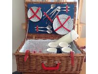 Stylish wicker picnic basket for 4 peope