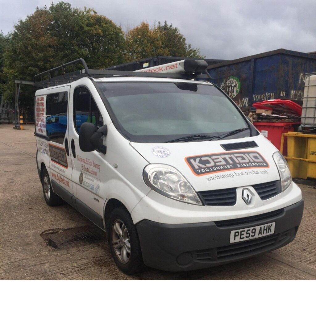 SPACIOUS 6 SEATER WHITE RENAULT TRAFIC MANUAL DIESEL WITH FULL ROOF RACK AND LADDER