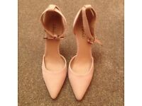 LOVELY (BRAND NEW) BIEGE COLOURED HIGH HEEL SHOES (SIZE 6)