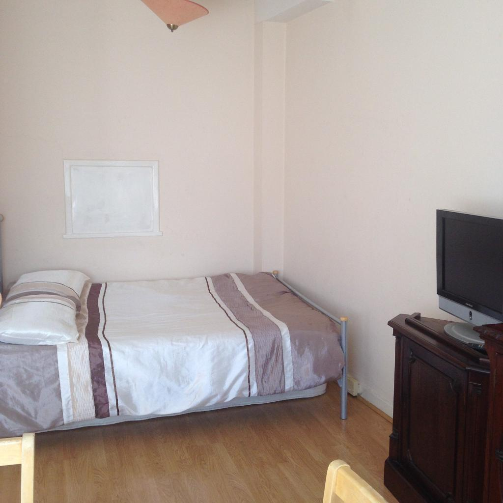 Clean, large double/room, £100deposit, all/bills/incl, near to Hammersmith t/stat