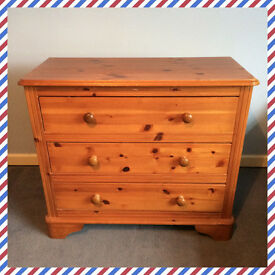Pine chest of drawers with wooden handles (three drawers)