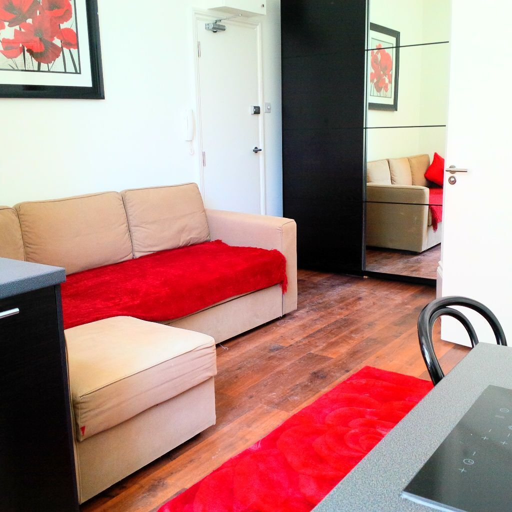 **HIGH STANDARD STUDIO FLAT IN NOTTING HILL**all bills included **next to the station