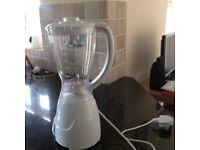 Food blender excellent condition.with leaflet white large 1.5 litre plastic blending jug