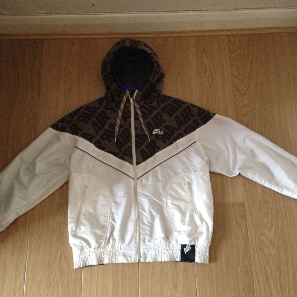 Nike Air running jacket (hooded) medium, reversible jacketin Sutton, LondonGumtree - Here we have an original Nike Air reversible running jacket, this is a hooded version and sized as a medium. One side of this jacket has a v neck design of white and dark brown colouring with air emblazoned across the top of the jacket and across the...