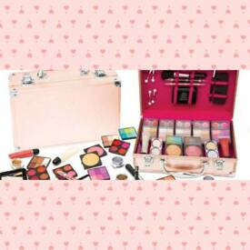 Makeup and case sets 2 colours available